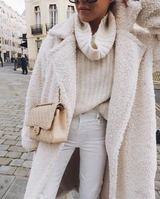 Cómo combinar un bolso bandolera de cuero acolchado en beige: Para un atuendo tan cómodo como tu sillón equípate un abrigo de forro polar blanco junto a un bolso bandolera de cuero acolchado en beige.