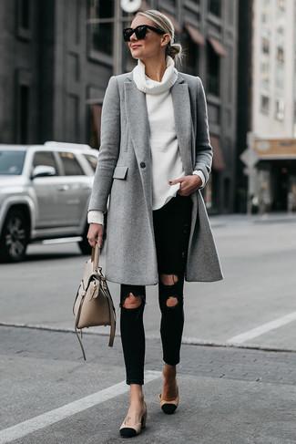 Cómo combinar: abrigo gris, jersey con cuello vuelto holgado blanco, vaqueros pitillo desgastados negros, zapatos de tacón de ante en negro y marrón claro