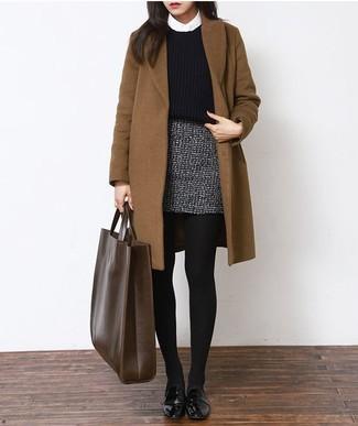 Cómo combinar: abrigo marrón, jersey corto de punto negro, camisa de vestir blanca, minifalda de tweed gris