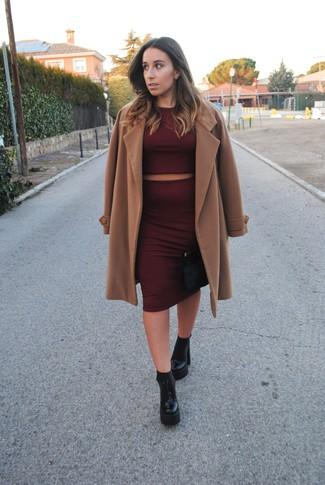 Cómo combinar: abrigo marrón claro, jersey corto burdeos, falda lápiz burdeos, botines de cuero gruesos negros