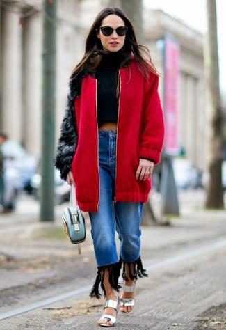 Look de moda: Abrigo Rojo, Jersey Corto Negro, Vaqueros Azules, Sandalias de Tacón de Cuero Plateadas