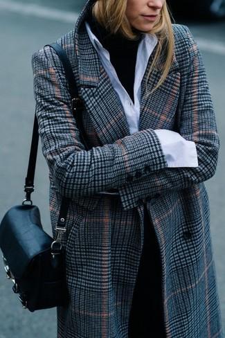 Cómo combinar: abrigo de tartán gris, jersey de cuello alto negro, camisa de vestir blanca, pantalón de vestir negro