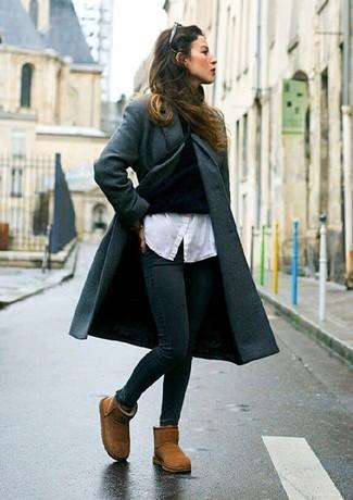 Cómo combinar: abrigo en gris oscuro, jersey de cuello alto negro, camisa de vestir blanca, vaqueros pitillo negros