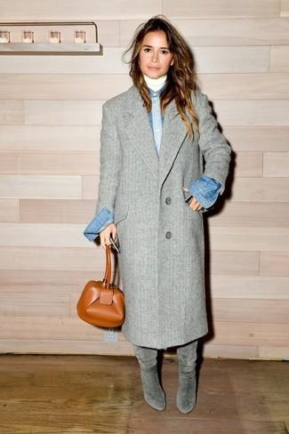 Look de Miroslava Duma: Abrigo Gris, Jersey de Cuello Alto Blanco, Camisa Vaquera Azul, Botas de Caña Alta de Ante Grises