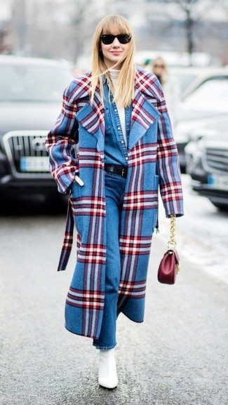 Cómo combinar: abrigo de tartán azul, jersey de cuello alto blanco, camisa vaquera azul, vaqueros azules