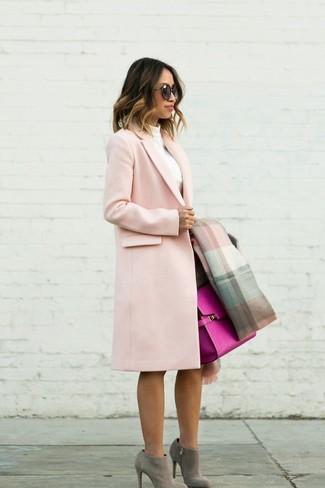 Cómo combinar: abrigo rosado, jersey de cuello alto blanco, falda lápiz en marrón oscuro, botines de ante grises