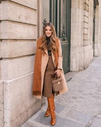 Cómo combinar: abrigo en beige, jersey de cuello alto en gris oscuro, falda lápiz a cuadros marrón, botas de caña alta de cuero en tabaco