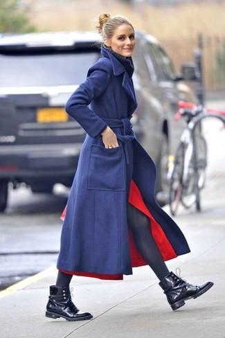 Cómo combinar: abrigo azul marino, jersey de cuello alto de lana de punto azul marino, falda midi con recorte roja, botas planas con cordones de cuero negras