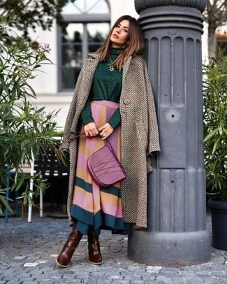 Cómo combinar: abrigo de espiguilla marrón, jersey de cuello alto verde oscuro, falda midi con estampado geométrico en multicolor, botas de caña alta de cuero en marrón oscuro