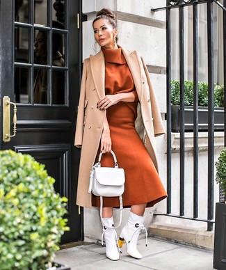 Cómo combinar: abrigo marrón claro, jersey de cuello alto en tabaco, falda midi de lana en tabaco, botines de cuero blancos