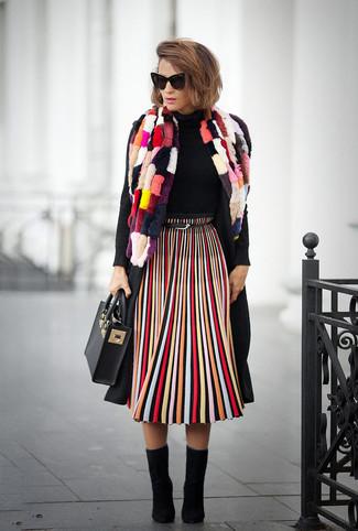 Cómo combinar: abrigo negro, jersey de cuello alto negro, falda midi de rayas verticales en multicolor, botines de ante negros