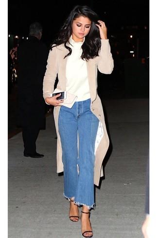 Cómo combinar: abrigo de terciopelo en beige, jersey de cuello alto blanco, falda pantalón vaquera azul, sandalias de tacón de cuero negras