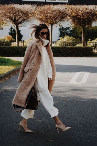 Para seguir las tendencias usa un abrigo con relieve marrón claro y una falda pantalón blanca. Dale un toque de elegancia a tu atuendo con un par de zapatos de tacón de cuero marrón claro.