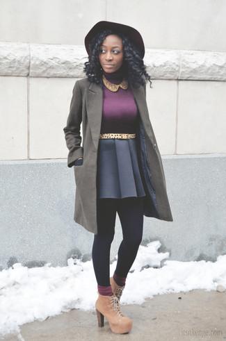 Cómo combinar: abrigo verde oliva, jersey de cuello alto morado, falda skater azul marino, botines con cordones de ante marrón claro