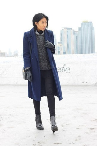 Outfits mujeres en invierno 2021: Elige un abrigo azul marino y unos vaqueros pitillo negros para una apariencia fácil de vestir para todos los días. Botines de cuero negros son una opción inigualable para completar este atuendo. Es una idea perfecta si tu buscas un atuendo idóneo para las jornadas de invierno.