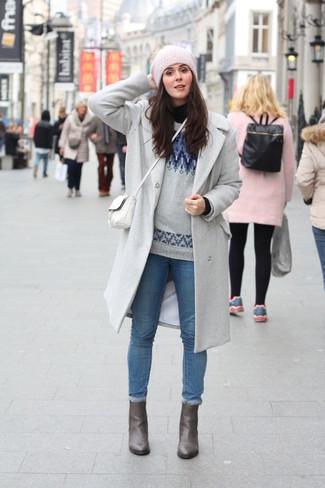 Los días ocupados exigen un atuendo simple aunque elegante, como un abrigo gris y unos vaqueros pitillo azules. Botines de cuero grises son una sencilla forma de complementar tu atuendo.