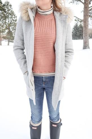 Cómo combinar: abrigo gris, jersey de cuello alto de rayas horizontales en beige, jersey con cuello circular rosado, vaqueros pitillo azules