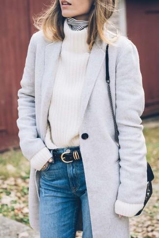 Cómo combinar: abrigo gris, jersey de cuello alto de rayas horizontales en blanco y negro, jersey de cuello alto de punto blanco, vaqueros azules