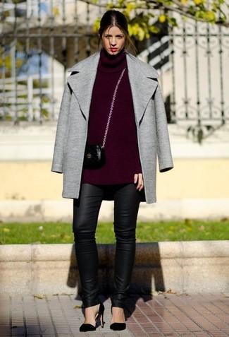 Usa un abrigo gris y unos leggings de cuero negros para una apariencia fácil de vestir para todos los días. Un par de zapatos de tacón de ante negros se integra perfectamente con diversos looks.
