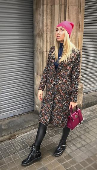 Cómo combinar: abrigo con print de flores negro, jersey de cuello alto azul marino, leggings de cuero negros, botines con cordones de cuero negros