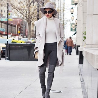 Cómo combinar: abrigo en beige, jersey de cuello alto en beige, leggings en gris oscuro, botas sobre la rodilla de ante grises