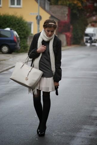 Cómo combinar: abrigo en gris oscuro, jersey de cuello alto en gris oscuro, minifalda de seda plisada en beige, bolsa tote de cuero gris