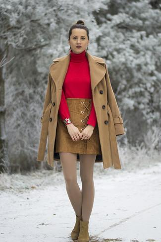 Cómo combinar: abrigo marrón claro, jersey de cuello alto rojo, minifalda de ante marrón, botines de ante marrónes