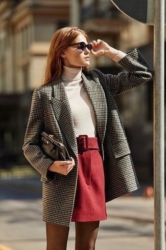 Cómo combinar: abrigo de tweed gris, jersey de cuello alto blanco, minifalda de lana roja, cartera sobre de cuero negra