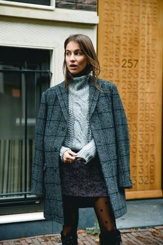 Cómo combinar: abrigo de tartán en gris oscuro, jersey de cuello alto de punto gris, minifalda de tweed en gris oscuro, botas de caña alta de ante negras