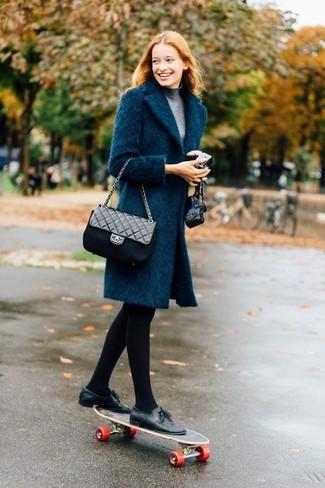 Cómo combinar: abrigo en verde azulado, jersey de cuello alto gris, mocasín con borlas de cuero negro, bolso bandolera de cuero acolchado negro