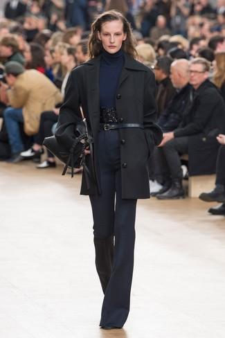 Cómo combinar: abrigo negro, jersey de cuello alto azul marino, pantalón de campana azul marino, botines de cuero negros