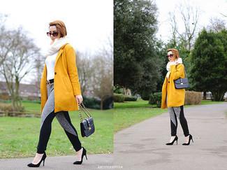 Cómo combinar: abrigo mostaza, jersey de cuello alto blanco, pantalón de chándal gris, zapatos de tacón de ante negros