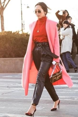 Cómo combinar: abrigo rosado, jersey de cuello alto rojo, pantalón de pinzas de cuero negro, zapatos de tacón de ante en rojo y negro
