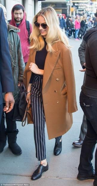 Cómo combinar un pantalón de vestir de rayas verticales azul marino: Utiliza un abrigo marrón y un pantalón de vestir de rayas verticales azul marino para un conjunto de oficina con estilo. Zapatos oxford de cuero negros son una opción buena para complementar tu atuendo.