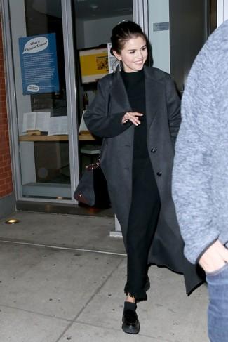 Cómo combinar: abrigo en gris oscuro, jersey de cuello alto negro, pantalón de vestir сon flecos negro, mocasín con plataforma de cuero negro