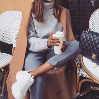 Cómo combinar: abrigo marrón claro, jersey de cuello alto de lana gris, pantalón de vestir gris, deportivas blancas