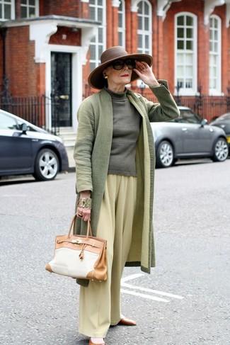 Cómo combinar: abrigo verde oliva, jersey de cuello alto verde oliva, pantalones anchos amarillos, bailarinas de cuero marrónes