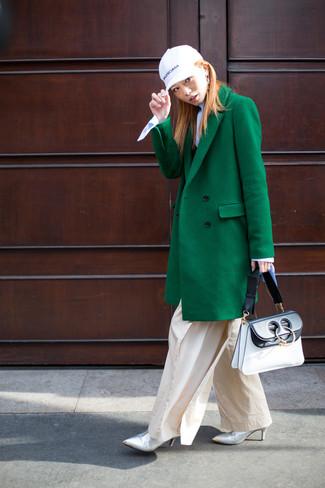 Cómo combinar: abrigo verde, jersey de cuello alto celeste, pantalones anchos en beige, botines de cuero plateados