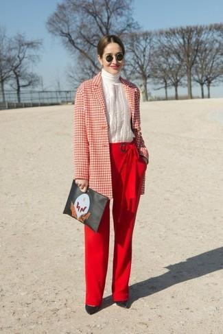 Cómo combinar: abrigo de cuadro vichy en rojo y blanco, jersey de cuello alto blanco, pantalones anchos rojos, zapatos de tacón de cuero negros