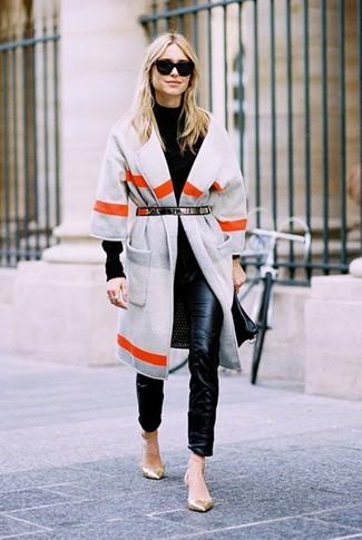 Cómo combinar: abrigo de rayas horizontales gris, jersey de cuello alto negro, pantalones pitillo de cuero negros, bailarinas de cuero doradas