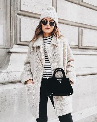 Cómo combinar: abrigo de forro polar en beige, jersey de cuello alto de rayas horizontales en blanco y negro, pantalones pitillo negros, bolso bandolera de ante negro