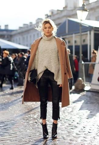 Ponte un abrigo marrón claro y unos pantalones pitillo de cuero negros para sentirte con confianza y a la moda. Botines de cuero negros son una opción inmejorable para complementar tu atuendo.
