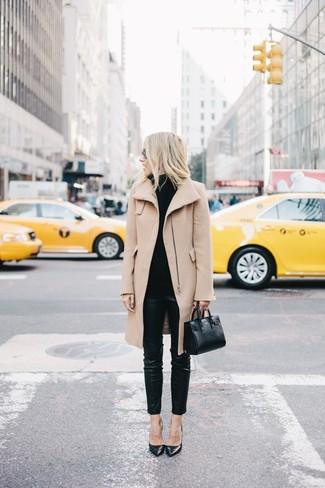 Un abrigo marrón claro y unos pantalones pitillo de cuero negros son apropiados para eventos casuales y el día a día. Zapatos de tacón de cuero negros son una opción grandiosa para complementar tu atuendo.