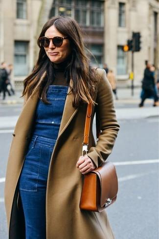 Cómo combinar: abrigo marrón claro, jersey de cuello alto en marrón oscuro, peto vaquero azul, bolso bandolera de cuero en tabaco