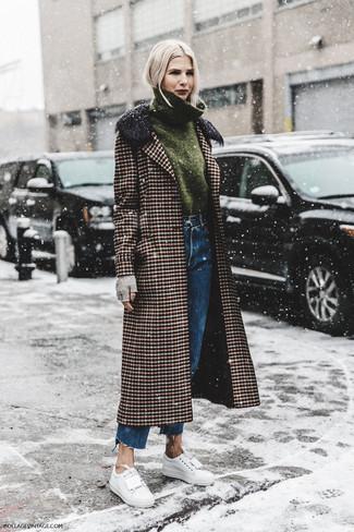 Cómo combinar unos guantes de lana grises: Emparejar un abrigo de tartán marrón con unos guantes de lana grises es una opción inigualable para el fin de semana. Tenis de cuero blancos son una opción perfecta para completar este atuendo.