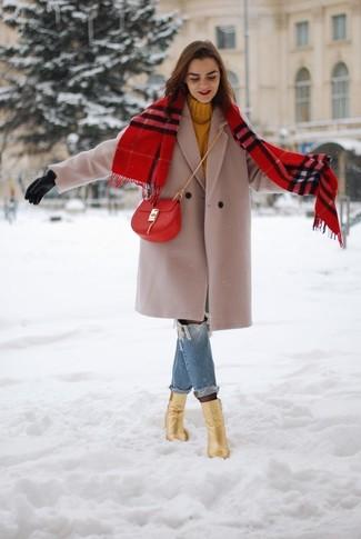 Cómo combinar: abrigo en beige, jersey de cuello alto de punto mostaza, vaqueros boyfriend desgastados azules, botines de cuero dorados