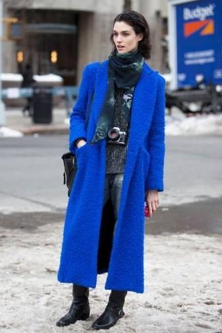 Cómo combinar: abrigo azul, jersey de cuello alto en gris oscuro, vaqueros boyfriend azul marino, botas a media pierna de cuero negras