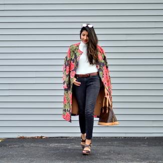 Cómo combinar un abrigo con print de flores negro: Elige un abrigo con print de flores negro y unos vaqueros negros para cualquier sorpresa que haya en el día. Sandalias con cuña de cuero en marrón oscuro son una opción grandiosa para completar este atuendo.