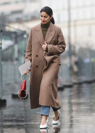 Cómo combinar: abrigo a cuadros marrón, jersey de cuello alto verde oliva, vaqueros azules, chinelas de cuero blancas