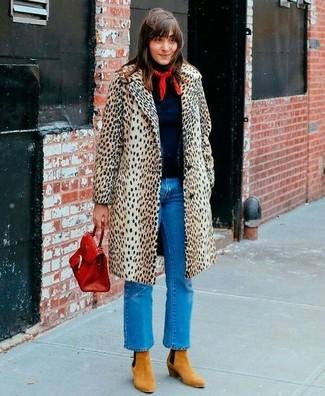 Cómo combinar un bolso de hombre de cuero rojo: Un abrigo de leopardo en beige y un bolso de hombre de cuero rojo son una opción muy buena para el fin de semana. Botines de ante marrón claro son una opción muy buena para completar este atuendo.
